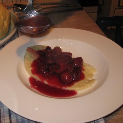 Mehlbueddel mit warmen Kirschen auf dem Teller, Rezept
