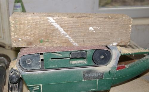 Kantholz auf Bandschleifer