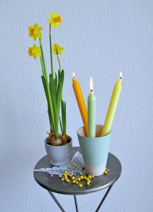 Osterglocken mit Zwiebeln und Kerzen im Blumentopf, Dekorationsidee