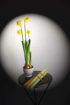 Osterglocken und Kerzen Dekoration