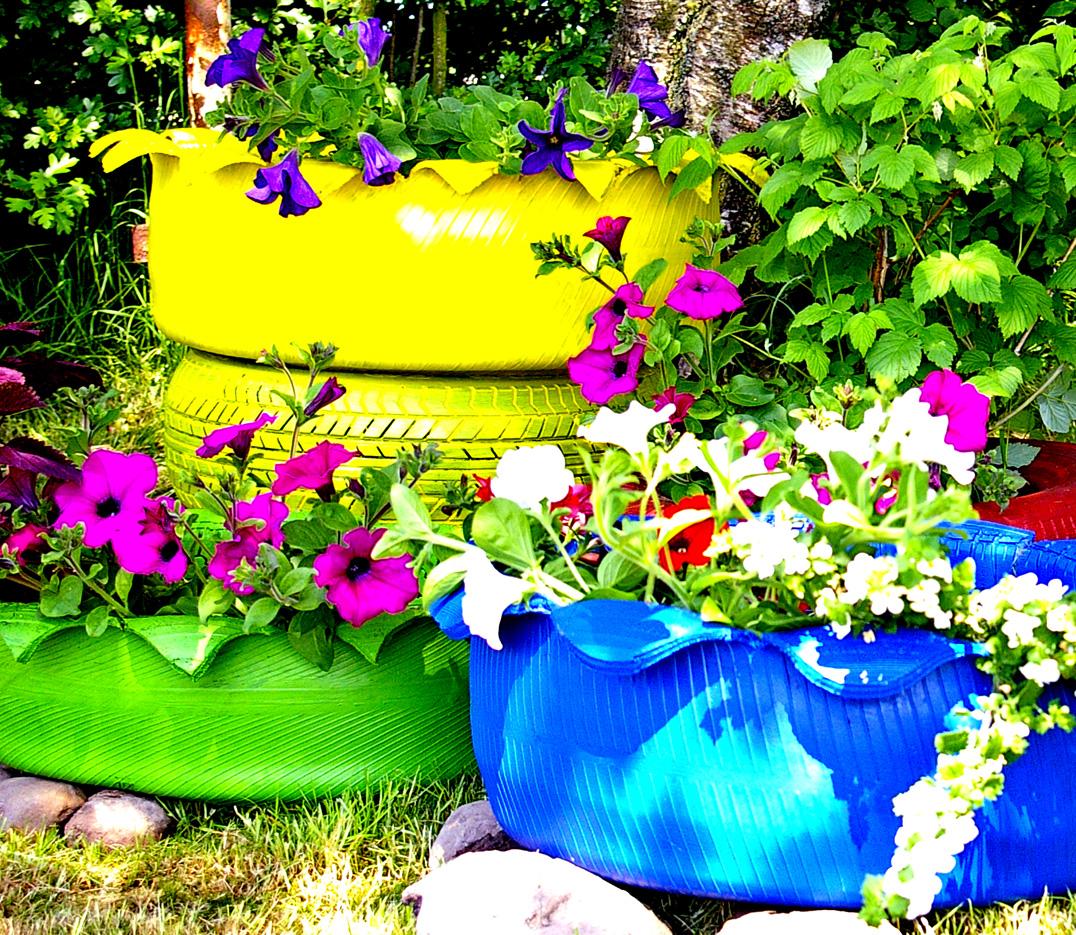 Bunte Autoreifen im Garten – ein toller Blickpunkt ...
