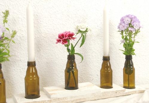 flaschen recycling vasen auf einem holzbrett recyclingkunst und der versuch langsam und. Black Bedroom Furniture Sets. Home Design Ideas