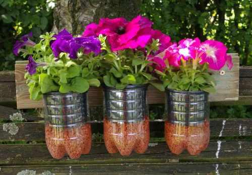 Recycling-Idee Plastikflaschen: ein Blumenbord für den Garten