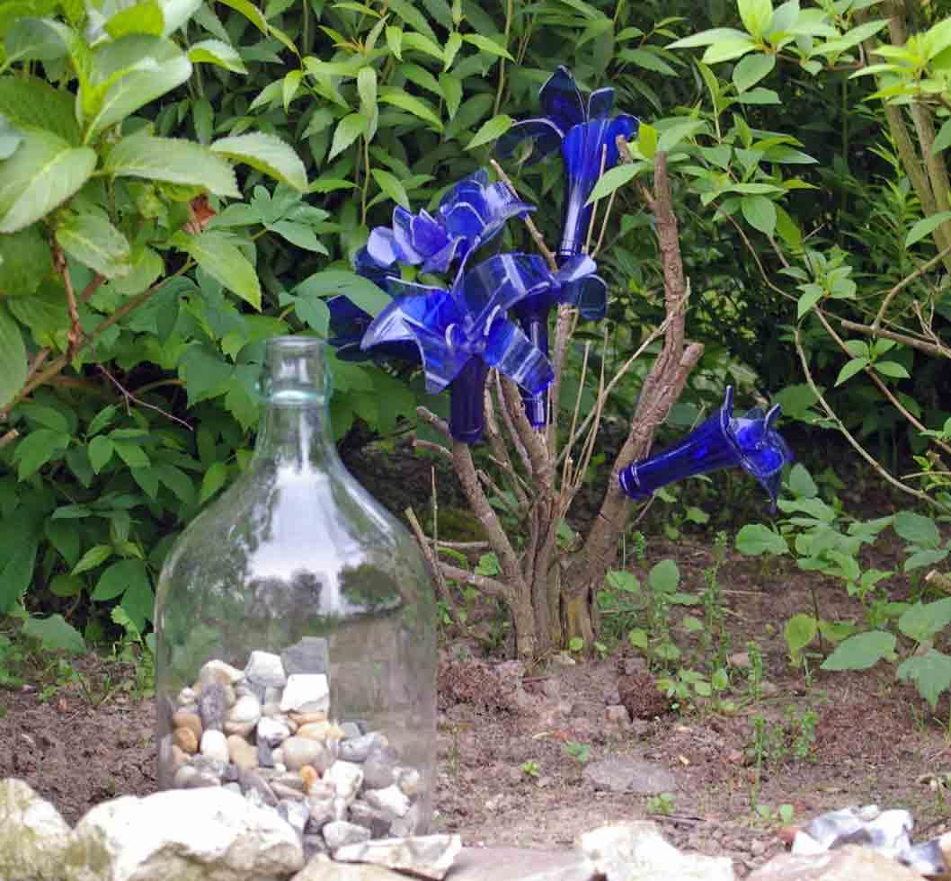 Recycling idee glasflaschen als gartendekoration buntes for Gartendekoration glas