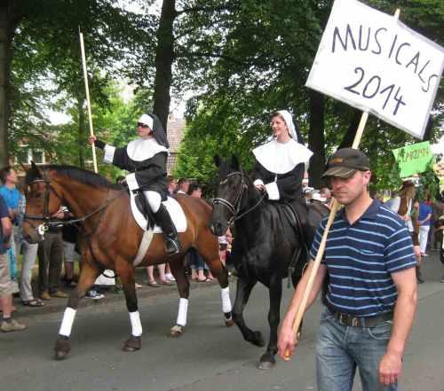 Musicals-2014-umzug-albersdorf