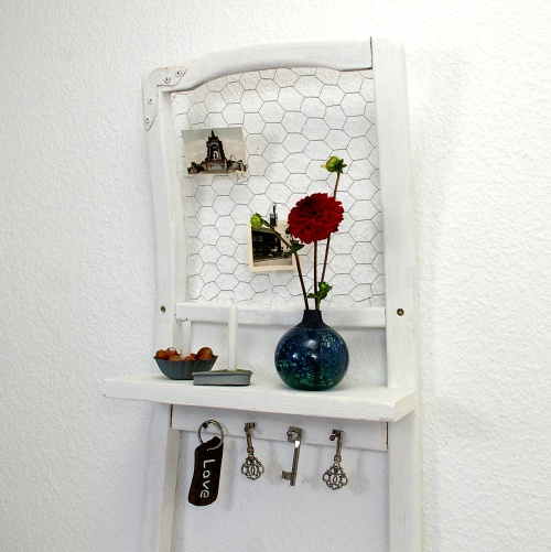 stuhl als wandregal recyclingkunst und der versuch langsam und nachhaltig zu leben. Black Bedroom Furniture Sets. Home Design Ideas