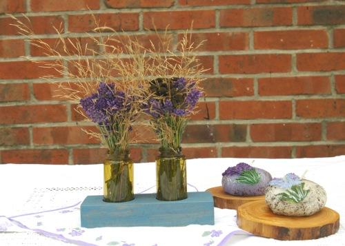 Kleine Vasen in Holzblock