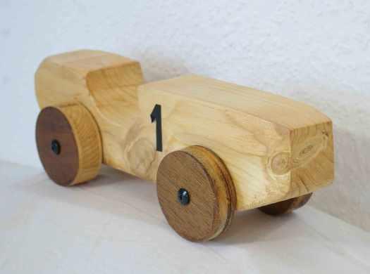 Rennwagen aus Holz