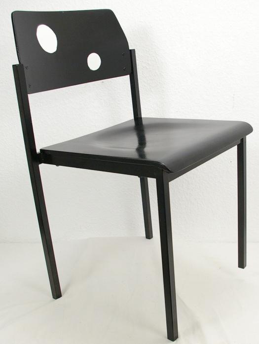 schwarzer stuhl mit weissen punkten