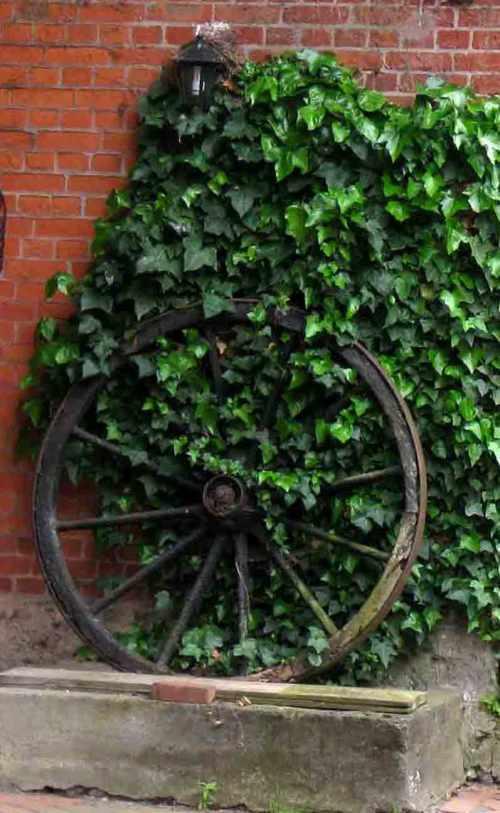 altes Wagenrad für den Garten