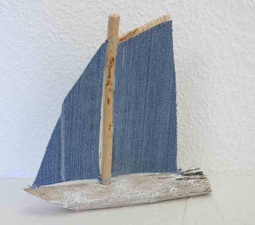 Segelboot aus Holz und Jeans