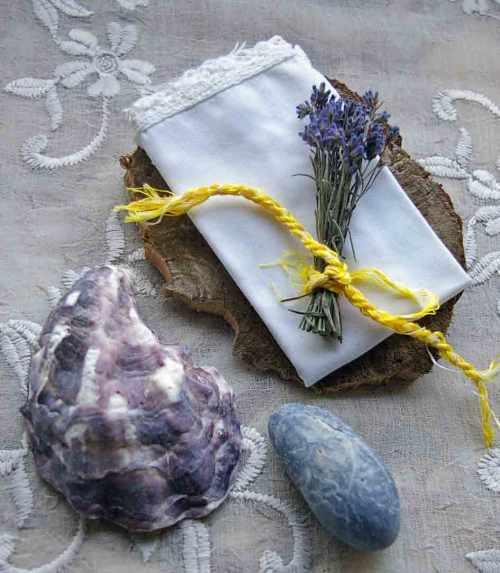 Lavendelstrauss auf Spitzentaschentuch