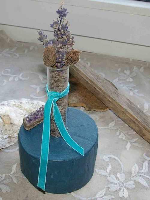 Lavendelblüten im Reagenzglas
