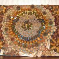 Entspannung: Mandala aus Herbstmaterialien wie Eicheln,Tannenzapfen und Bucheckern basteln