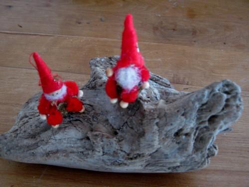 Wichtel sitzen auf Treibholzstueck, Bastelidee