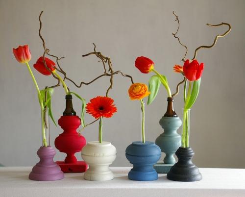 bunte Blumenvasen aus Holz