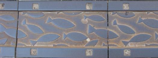 Metallverzierungen über der Ablaufrinne