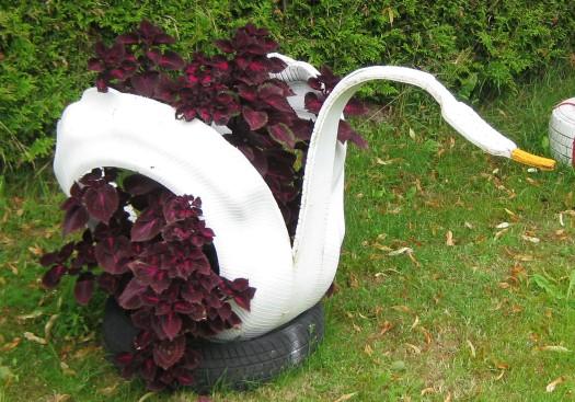 ein schwan aus autoreifen