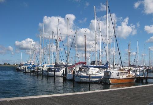 Schiffe im Yachthafen von Heiligen hafen