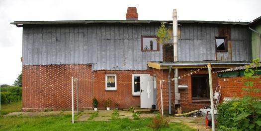 alte Hausfassade mit Stahlblech