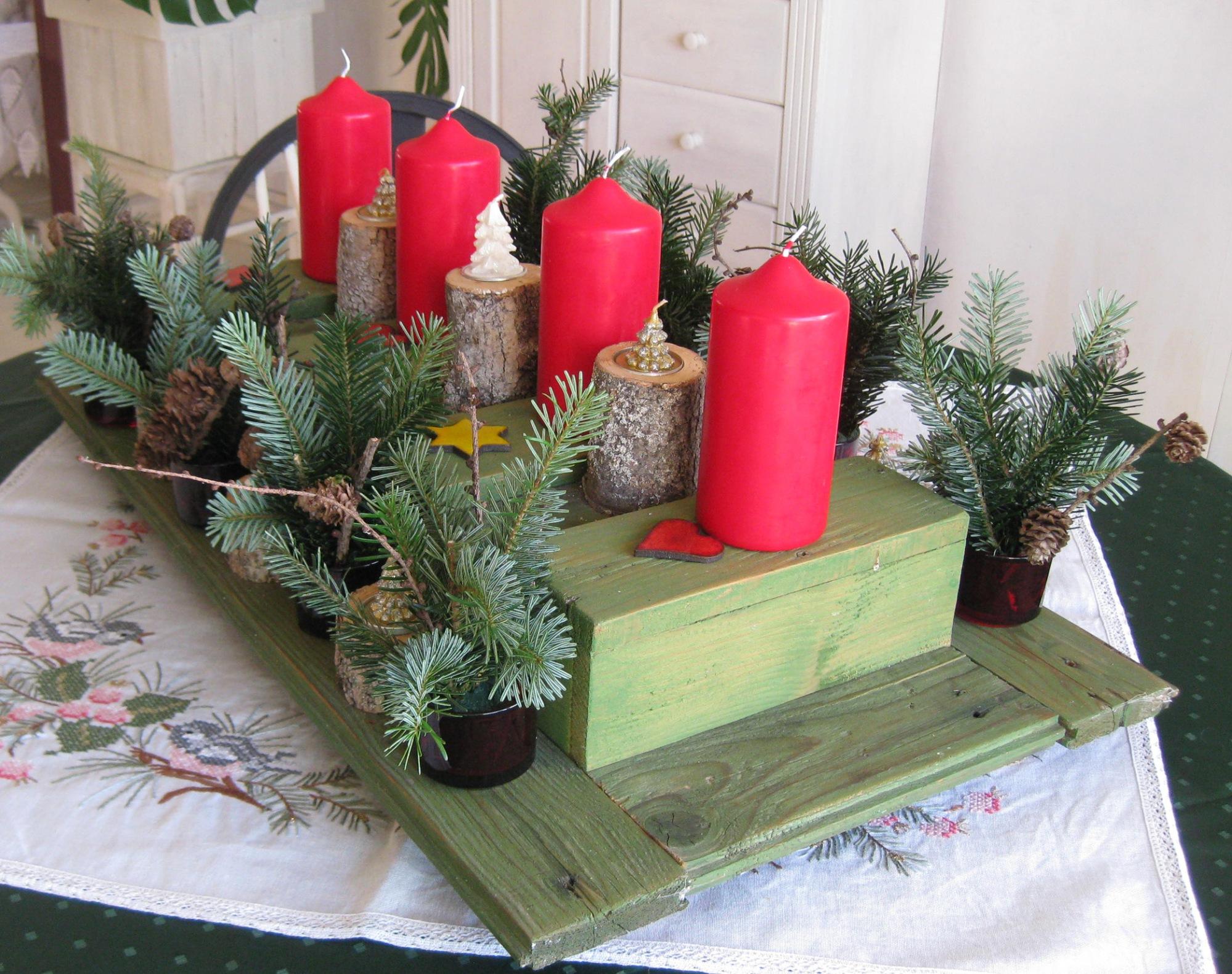 grün rotes Adventsgesteck