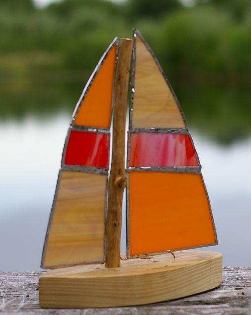 Boot mit bunten Segeln