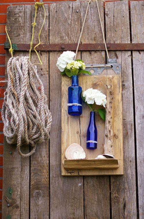diy gartendekoration mit Holz und flaschen