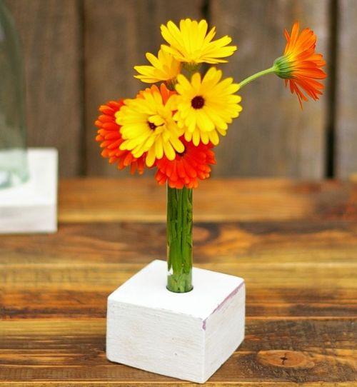 vase im Holzständer
