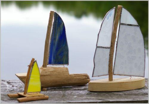 Segelboote aus Treibholz