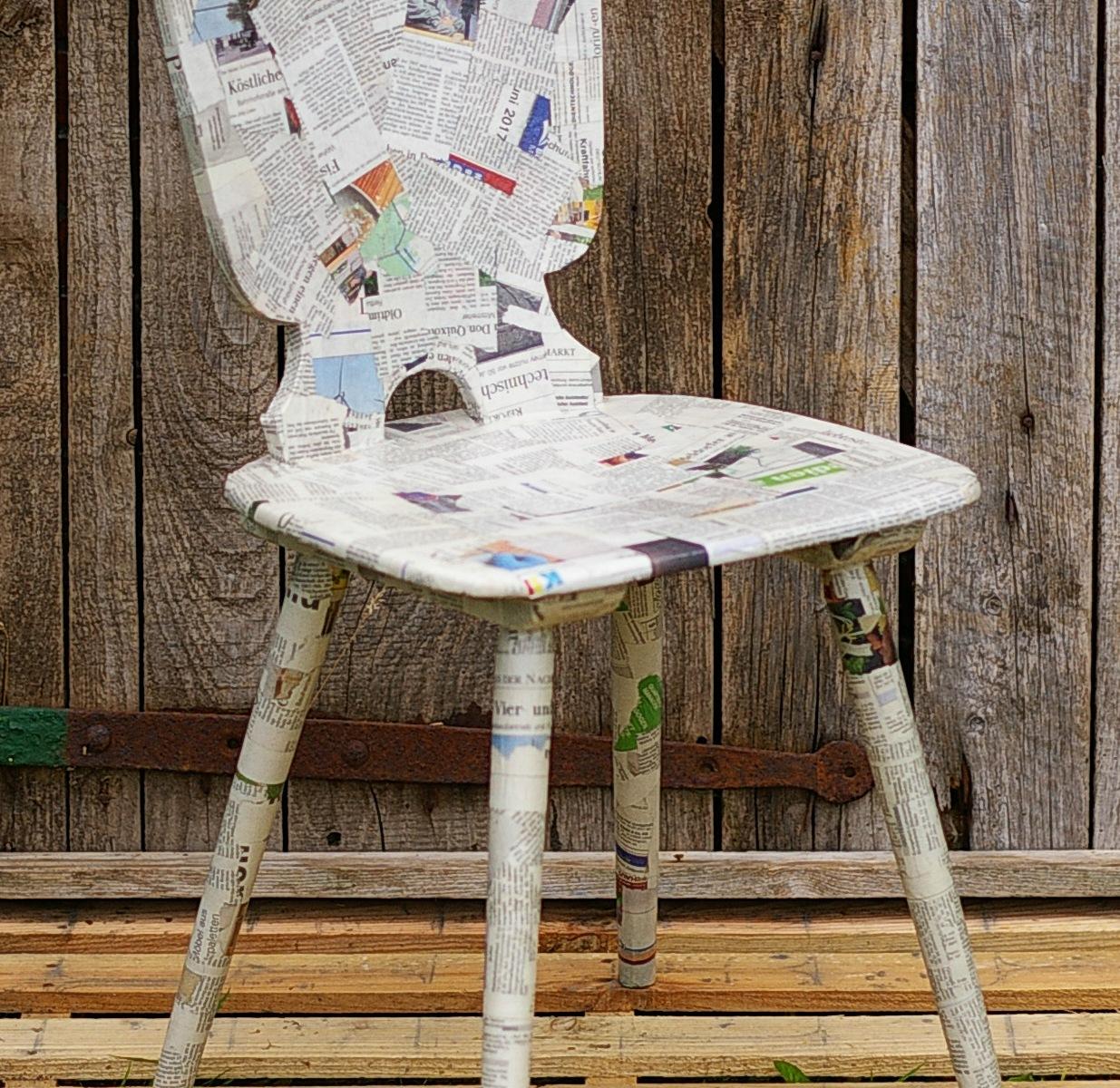 Stuhl mit Zeitungspapier beklebt