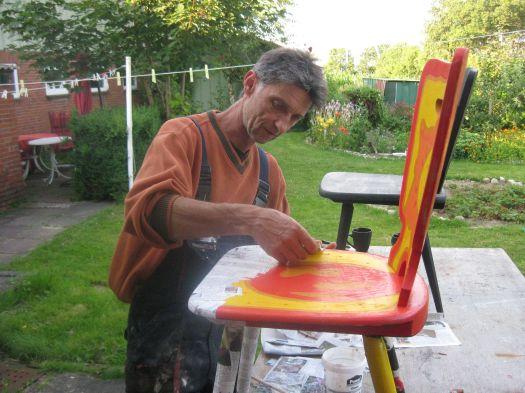 Stuhl mit Zeitungspapier bekleben
