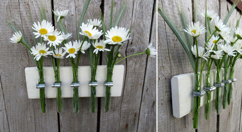 Reagenzgläser auf einem Holzbrett als Vase für den Balkon oder Garten, Deko Idee