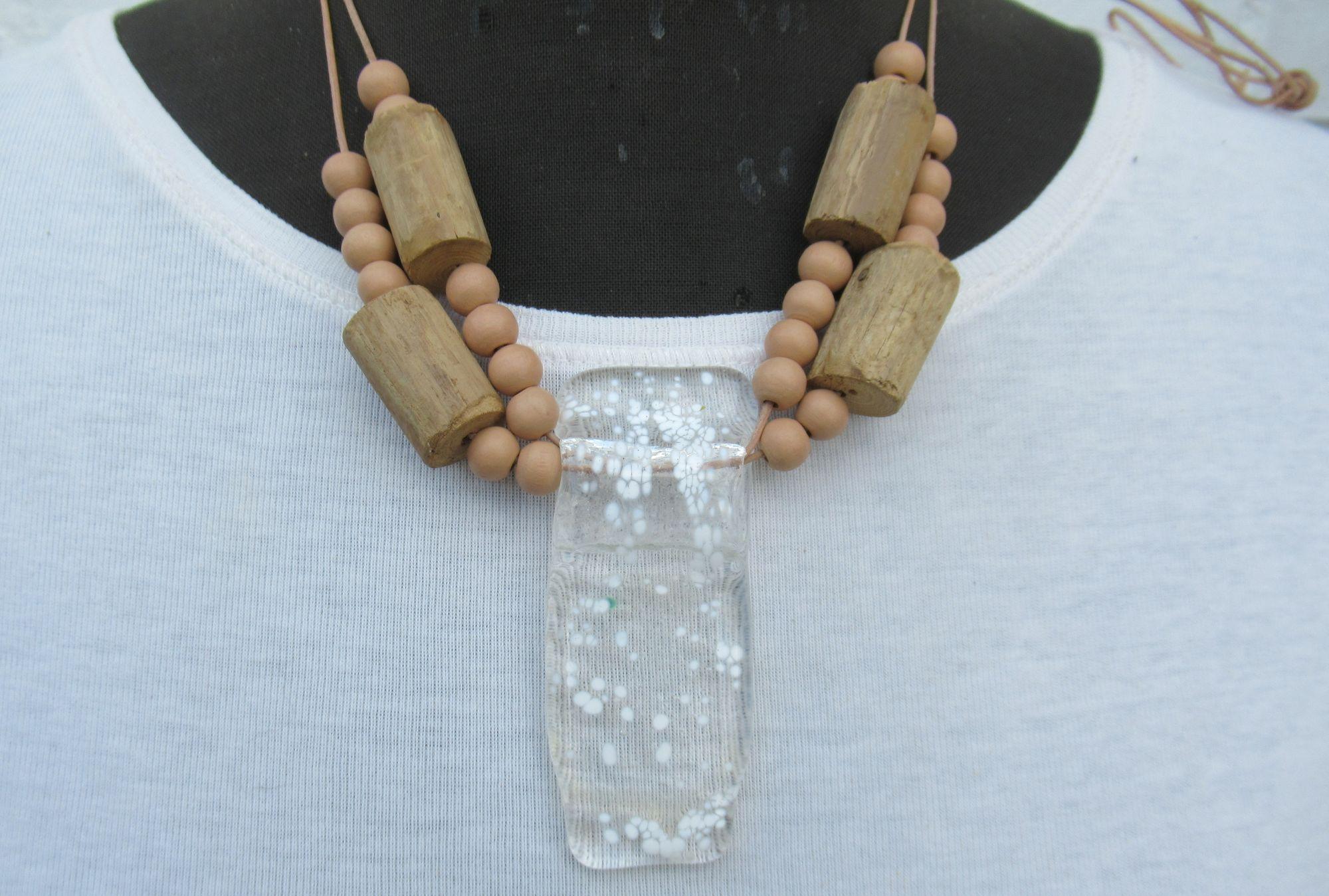 Glaskettenanhänger mit Treibholz und Holzperlen am Lederband, Bastel-Idee