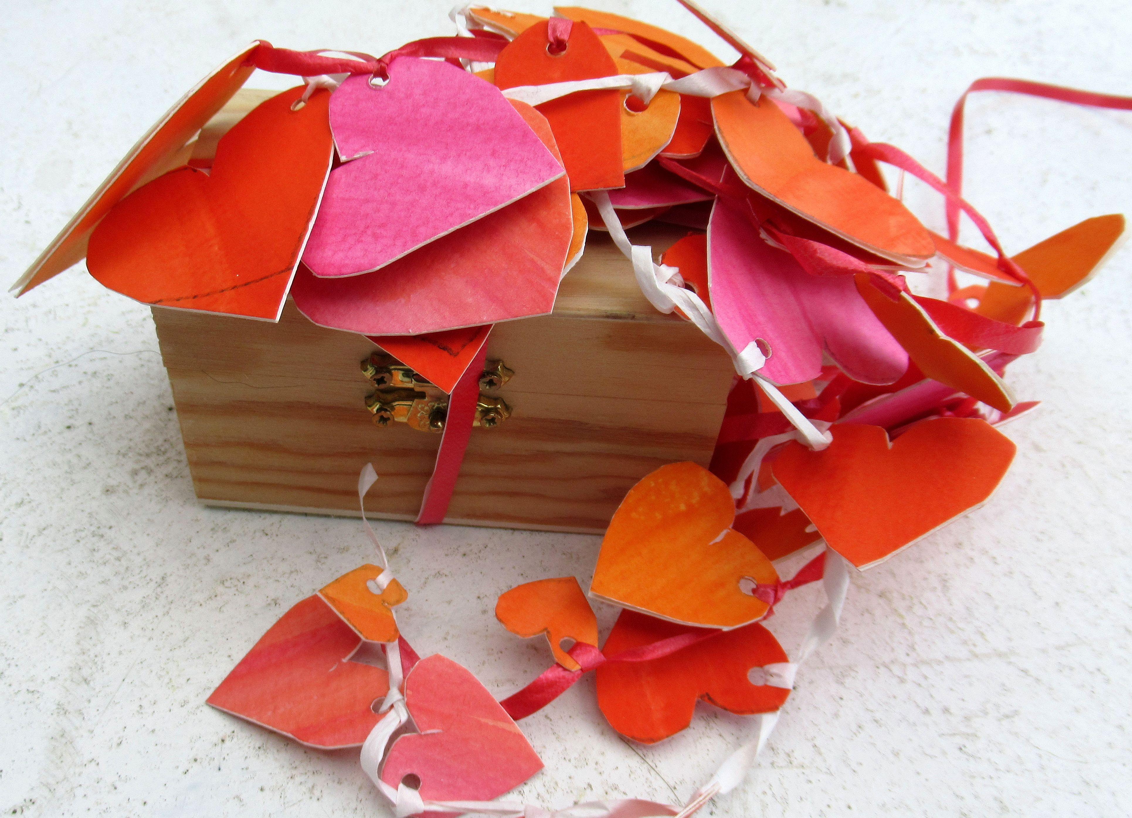 bunte Herzen als Geschenkverpackung selbermachen, aus Aquarellpapier