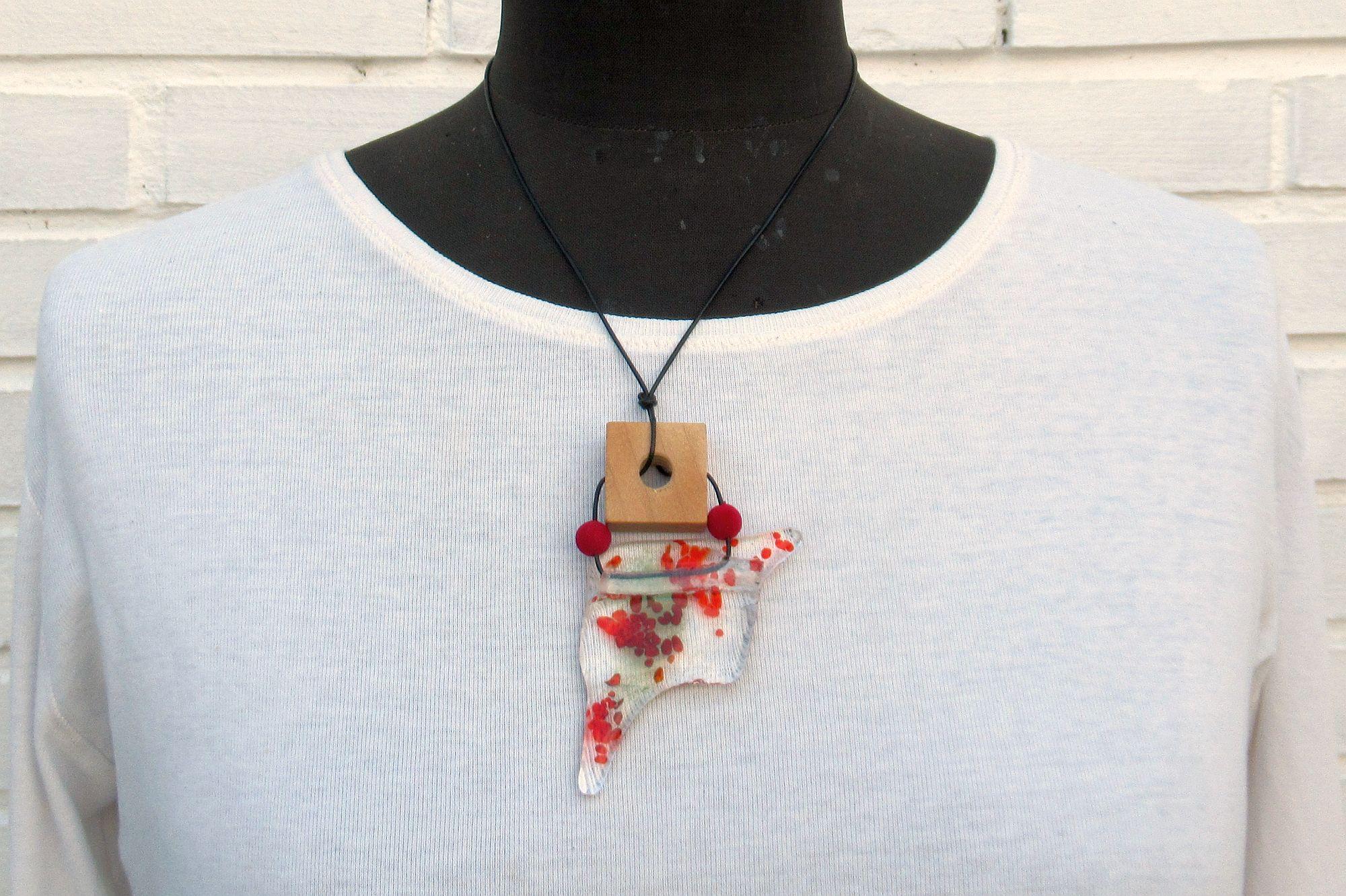 Schöner Glasanhänger für Modeschmuck in Rottönen
