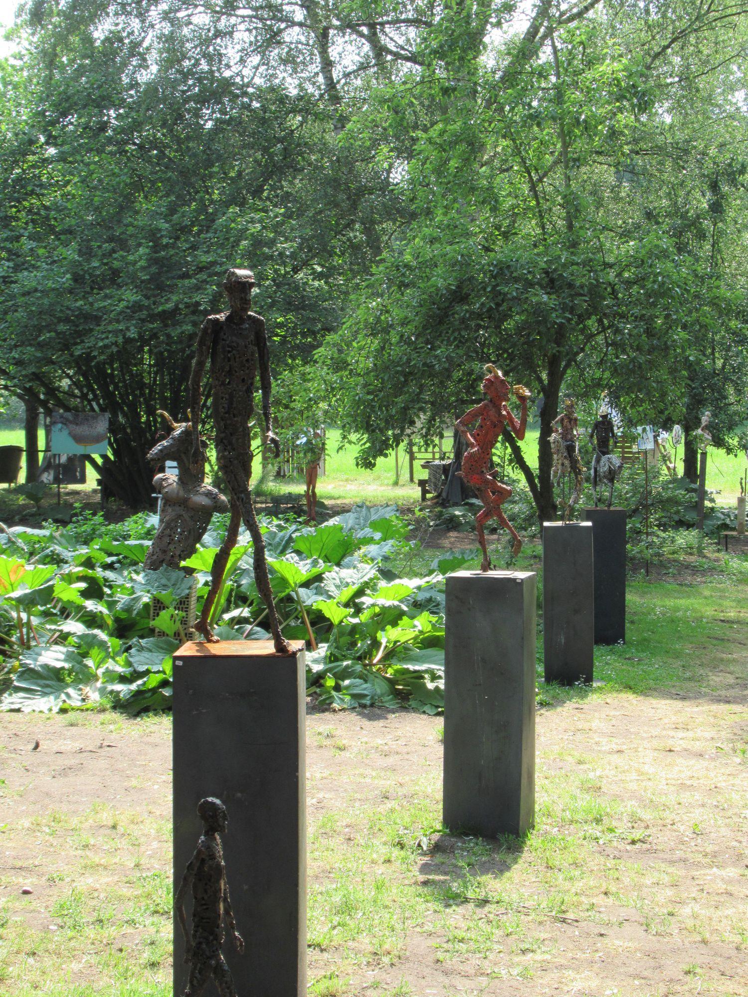 Skulpturen im Garten auf der Kulturellen Landpartie im Wendland. Viele Höfe und Gärten sind geöffnet und überraschen mit schöner Kunst.