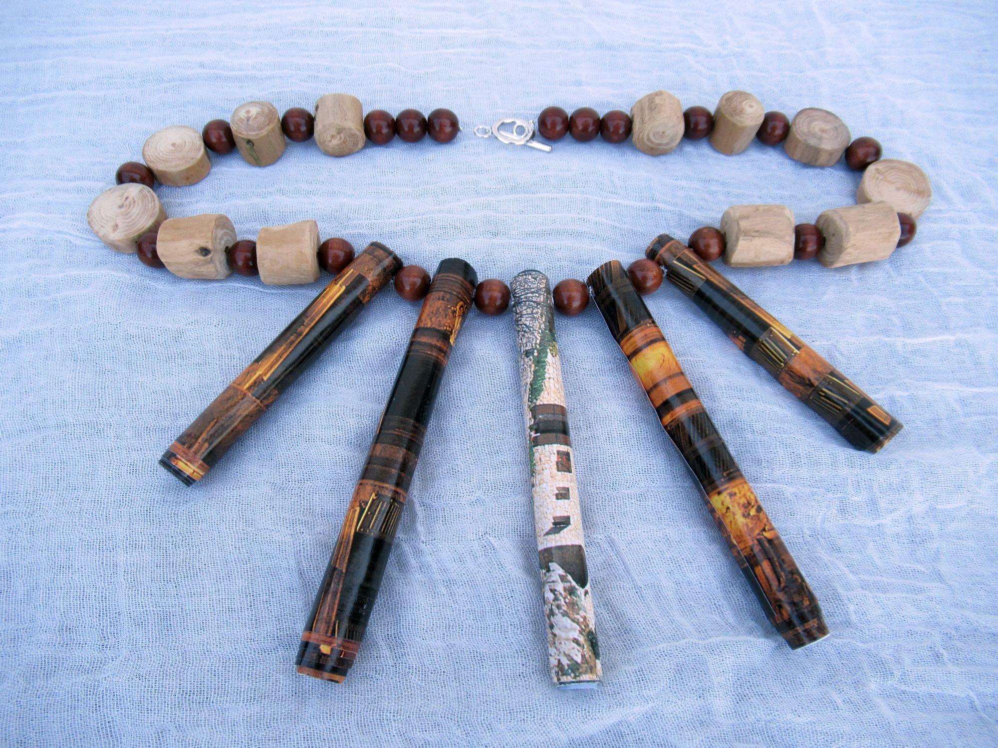 Wunderschöne Halskette nachhaltig gebaut aus Papierperlen und Treibholz