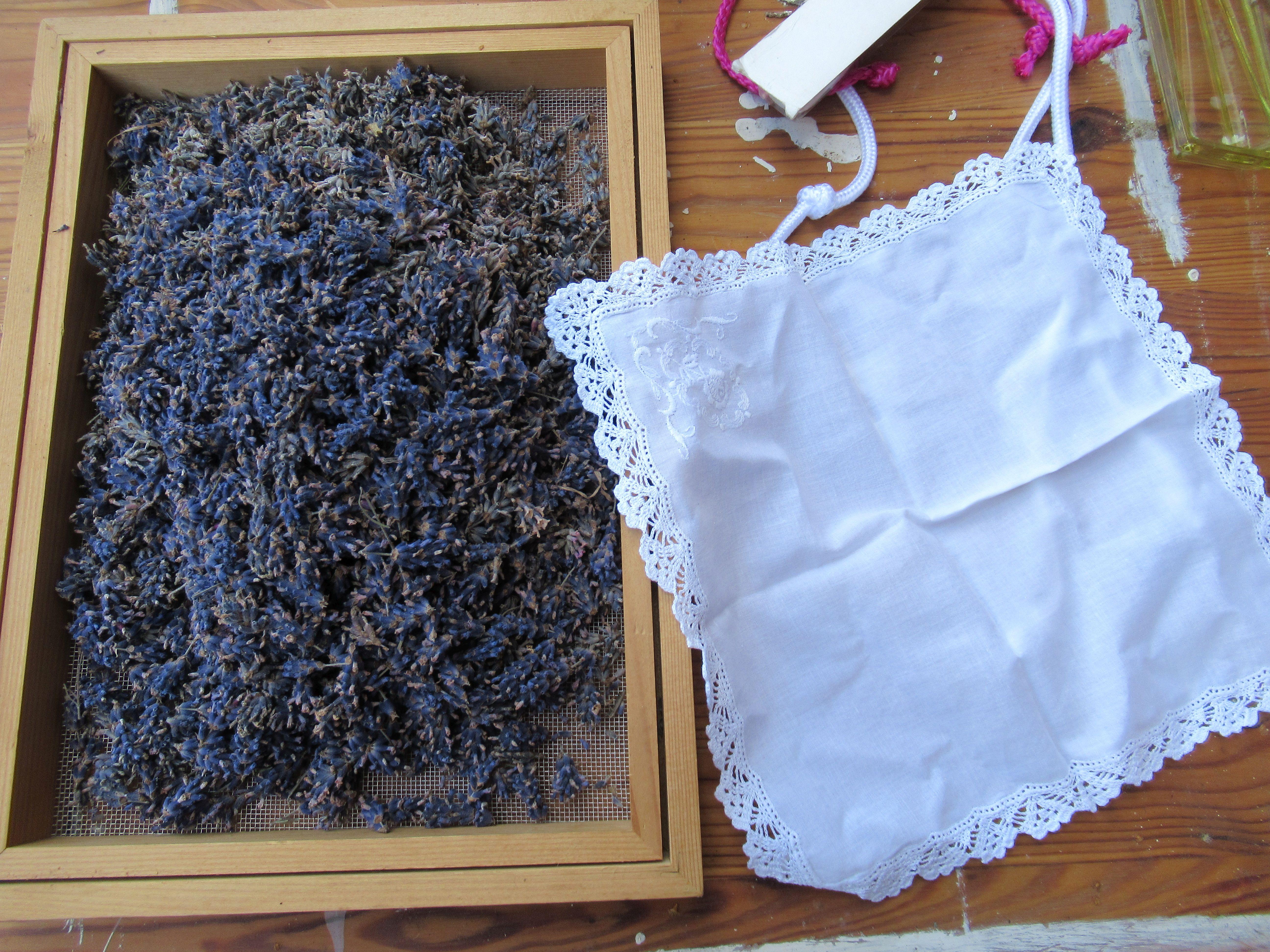 kleine Lavendelbündel im Spitzentaschentuch für den Wäscheschrank