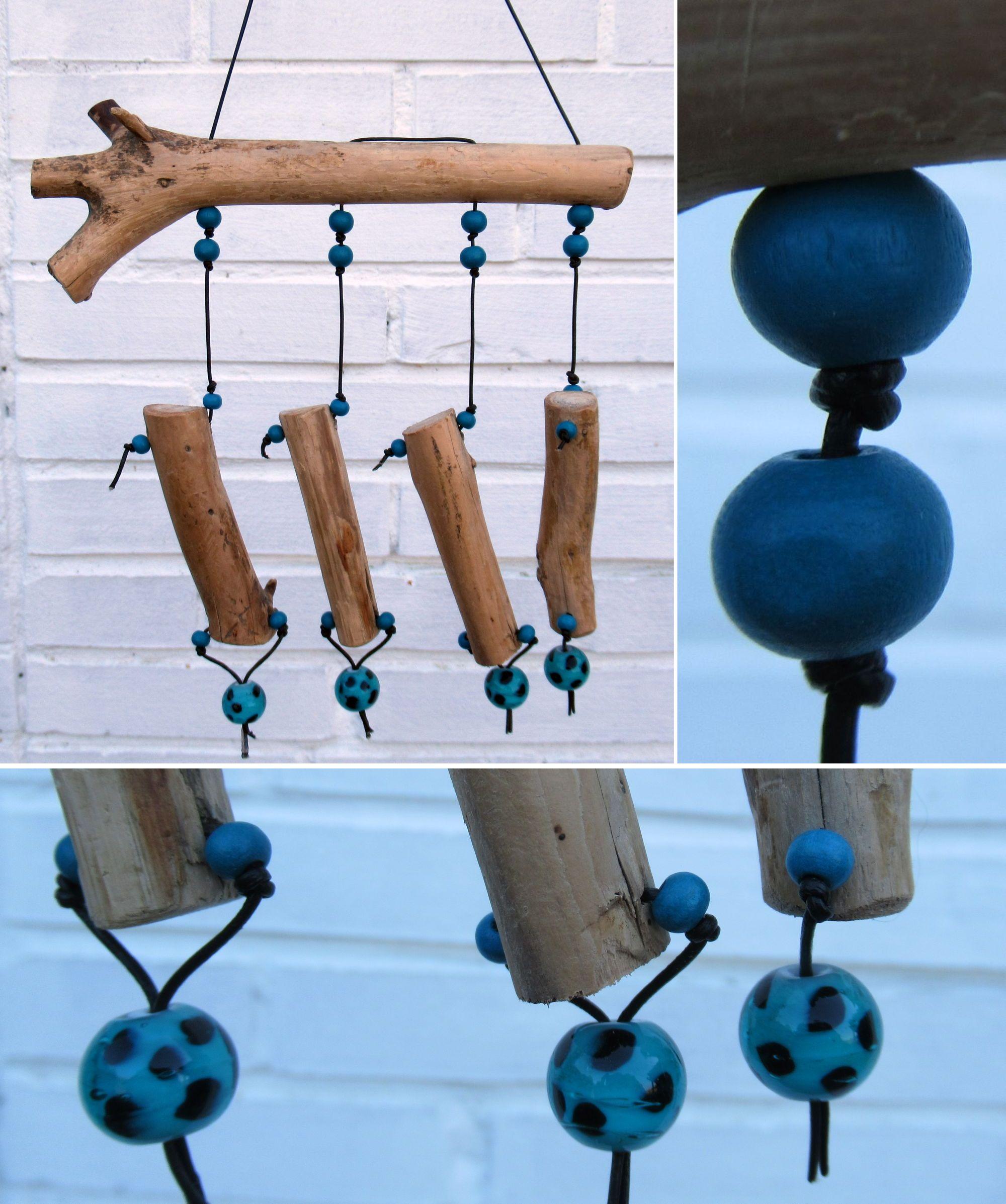 Treibholz und türkisfarbene Perlen als Material zum Bauen dieses Mobiles