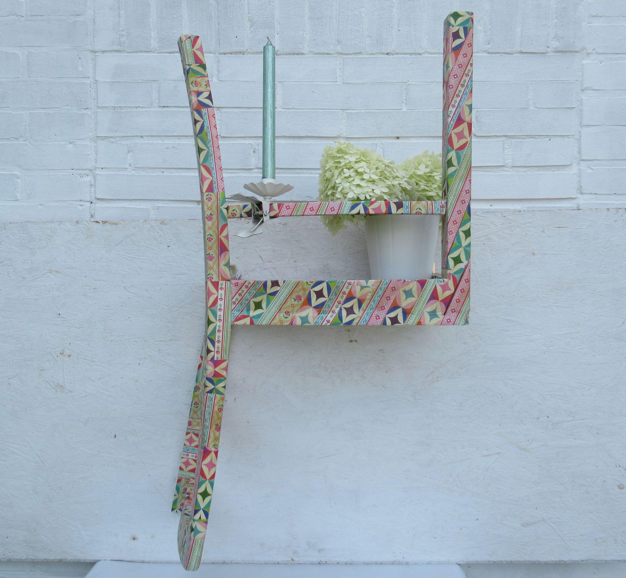 Wandregal aus einem alten Stuhl gebaut.