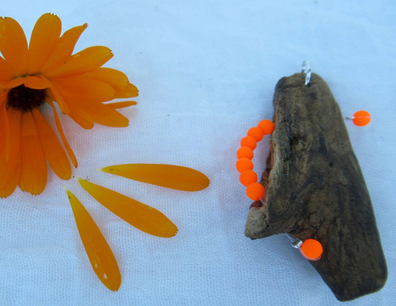 Kettenanhänger aus Treibholz mit leuchtenden orange farbenen Perlen, diy