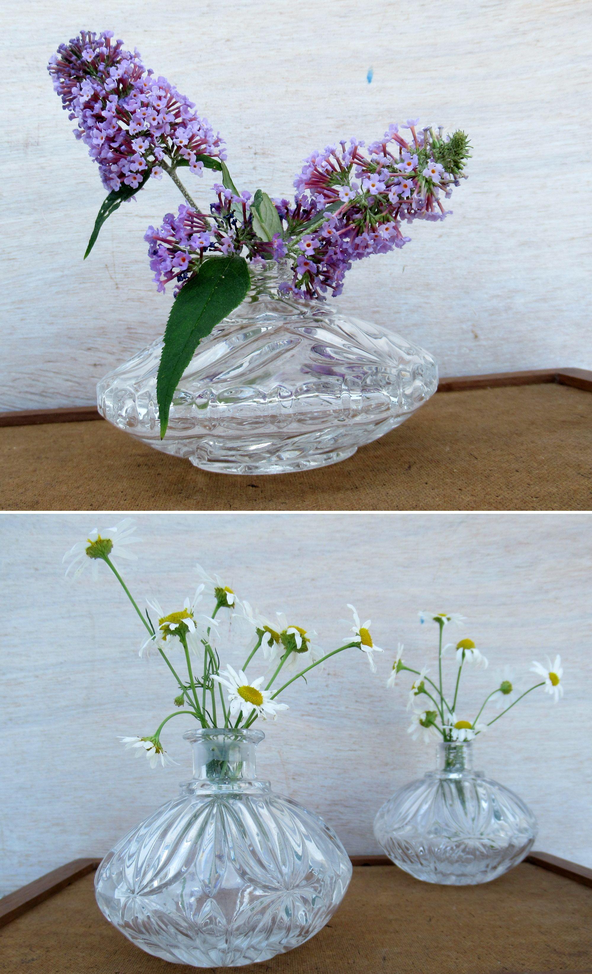 alte parfümflakons als Vasen mit hübschen Blumen dekoriert