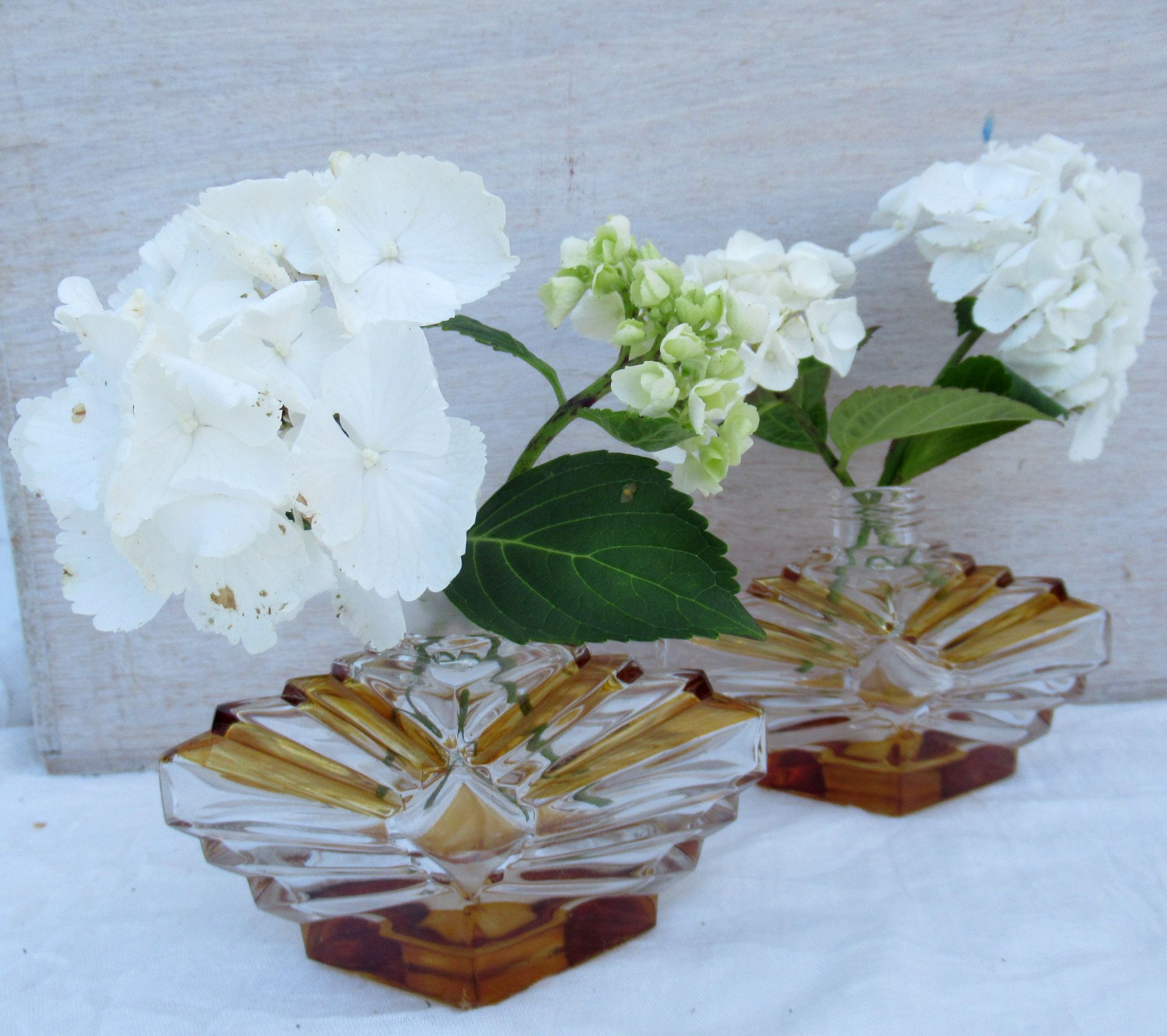 weiße hortensien in alten Parfümflakons, die vintage deko idee