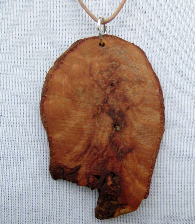 Große Scheibe einer Baumperle als Kettenanhänger