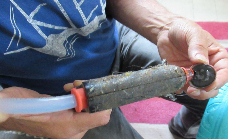 Muscheln aufkleben ist ganz einfach, wenn man sie vorher mit Modelliermasse füllt und somit eine groößere Klebefläche hat