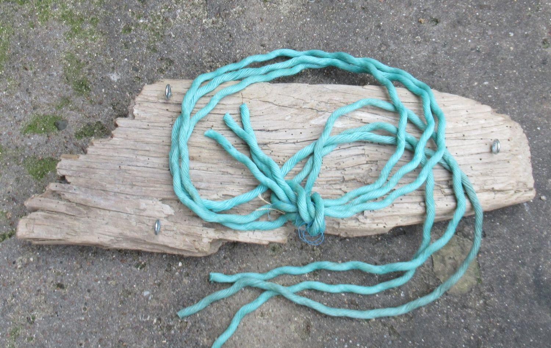 Regal aus Treibholz und seilen, beides Strandfunde