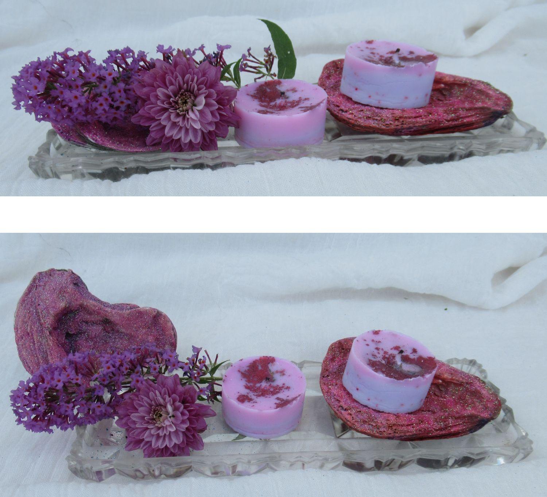 Tischdekoration mit bunten Muscheln, Kerzen und Blüten