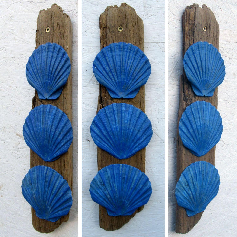 Wanddekoration mit Treibholz und großen blauen Muscheln zum Selbermachen