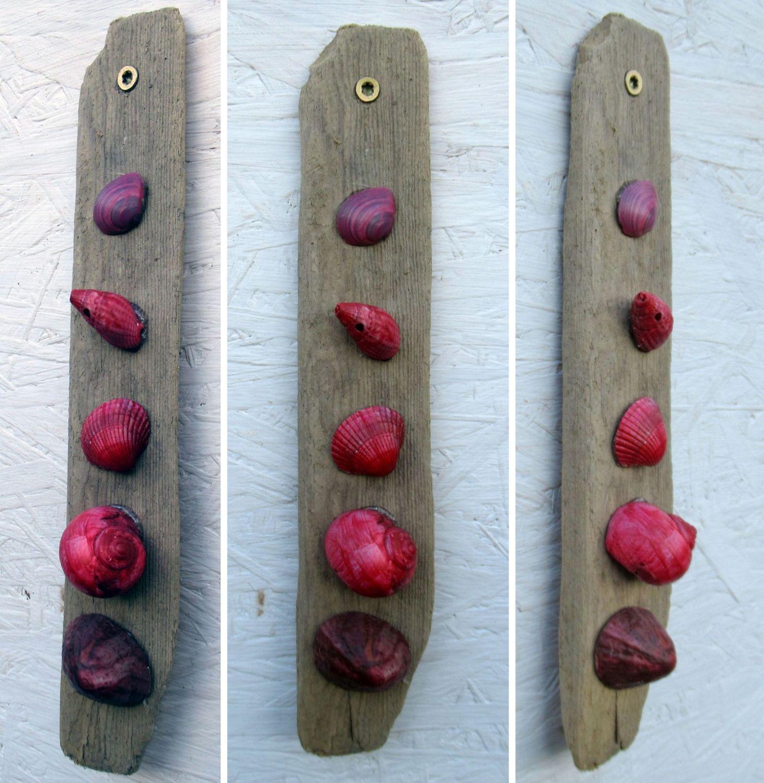 Dekorationsidee mit roten Muscheln auf Treibholz