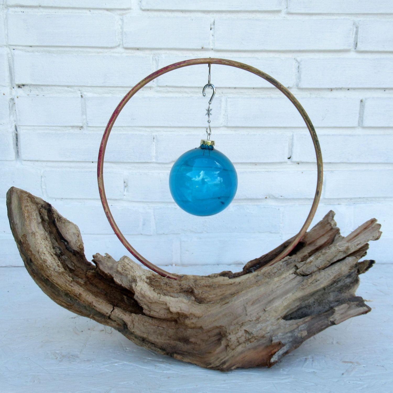Moderne Dekoration mit blauer Kugel und Treibholz im Advent und zu Weihnachten